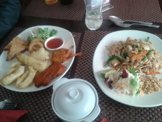 Noi's Thaiisaan: sea food combo ,,, and pad thai :) very nice