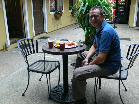 Americas Best Value Inn & Suites - San Francisco Airport: Frühstück im Innenhof vor unserem Zimmer