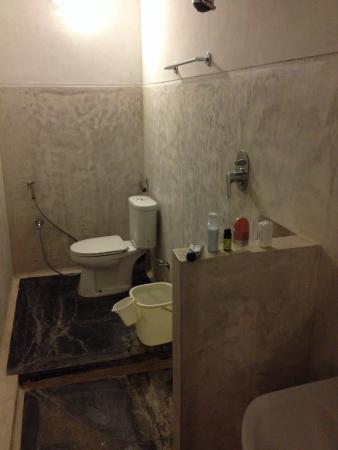 FabHotel Esparan Heritage : Unhandy very simple bathroom.