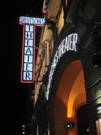 Deutsches Theater Munchen: Vista lateral da entrada