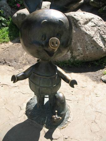 ‪Sculpture Winnie-the-Pooh and Piglet‬