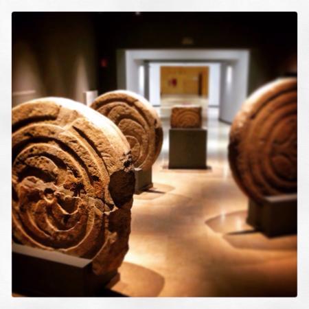 Museo de Prehistoria y Arqueologia de Cantabria: Estelas Cántabras. Buen montaje expositivo del MUPAC