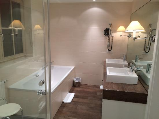 Hotel Restaurant Zur Krone : modernes Bad mit abgetrenntem WC