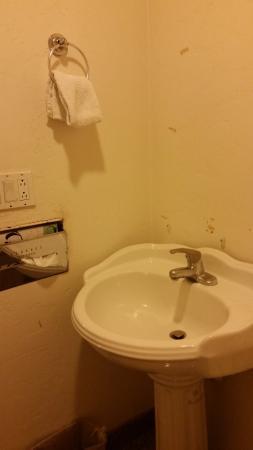 ستون إن: bathroom, mirror torn off wall, tissue holder hanging from wall