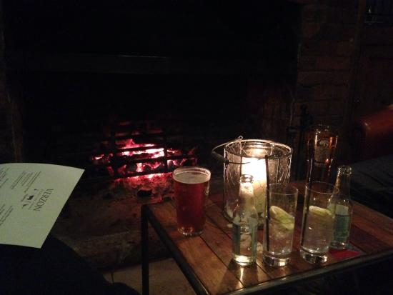 The Verzon Hotel: Drinks around fire