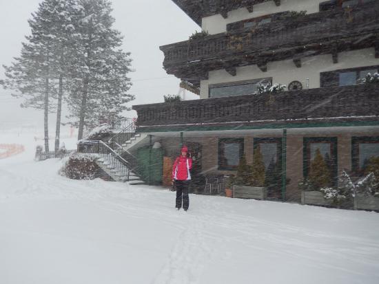 Pension Margarete Hotel Garni: It's snowing!
