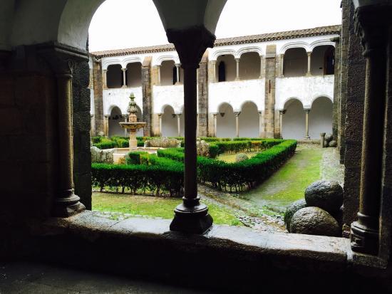 Claustros existentes no convento anexo à Igreja de São Bernardo