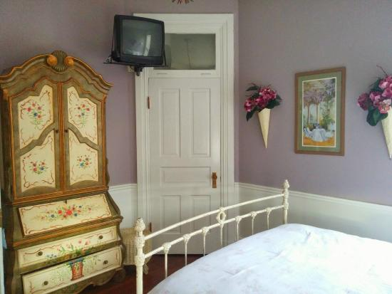Ellerbeck Mansion Bed & Breakfast: Summer Hill suite (very small room)