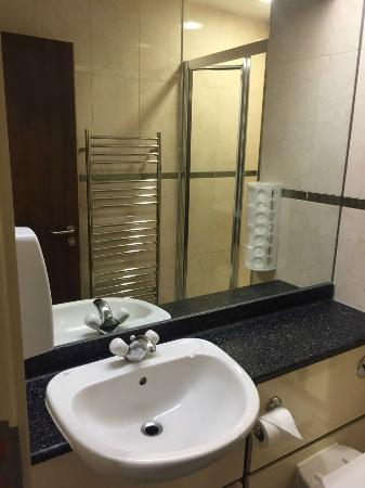 South Park Hotel : Bathroom with huge mirror & hot towel bars