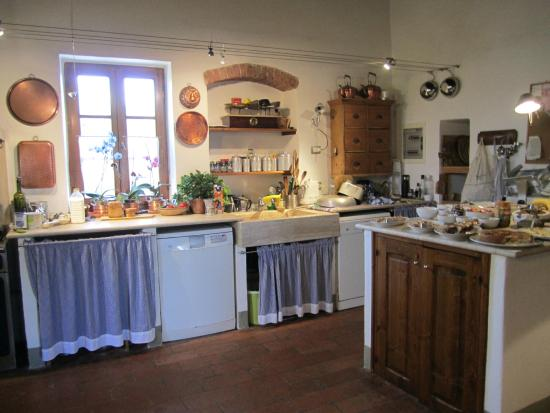 Agriturismo Marciano: Kitchen where breakfast and dinner are served