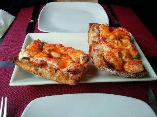 Tostas de pulpo con queso de tetilla fotograf a de - Restaurante adrede ...
