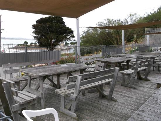 Moeraki Tavern: outdoor seating