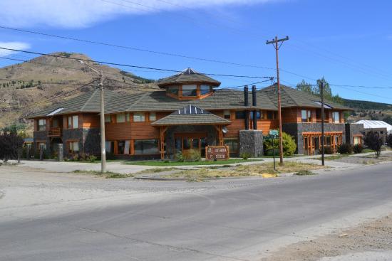 Hosteria El Coiron: frente del hotel, visto de una esquina opuesta en diagonal