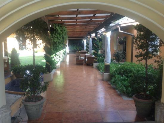 Casa Santa Rosa Hotel Boutique: The courtyard looking towards reception.
