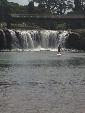 Falls Motel & Waterfront Campground: Paddle boarding into the falls