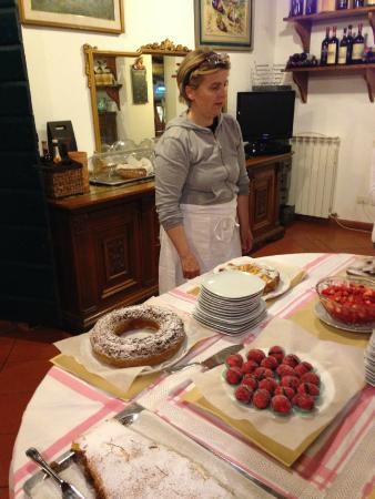 Il Canto del Sole: Laura with her wonderful desserts