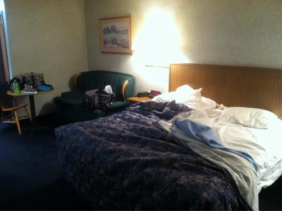 Econo Lodge Inn & Suites Lake of the Ozarks: King room (excuse the mess)