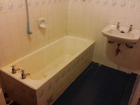 Kang Travellers Lodge (Daniel's Lodge) : Kang Travellers Mouldy Bath.
