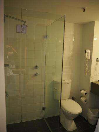 ibis Perth: small bathroom