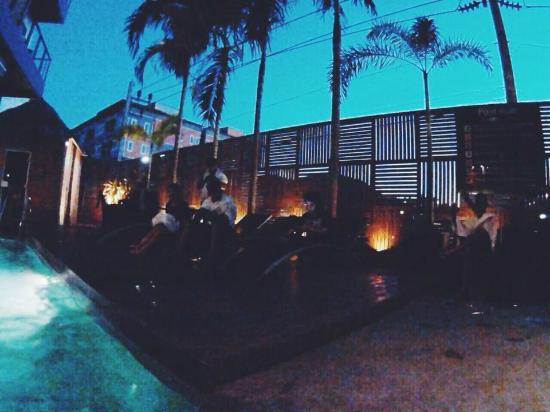 De coze' Hotel: Pool Area at night