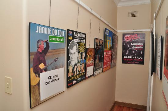 Agterplaas B&B: Posters of South African artists in the corridor