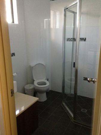 Rocky Resort Motor Inn: Bathroom