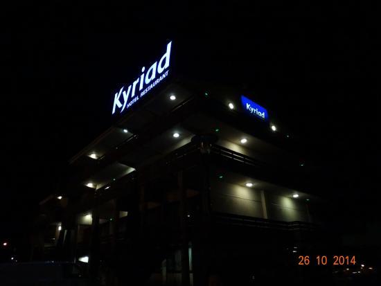 Kyriad Carcassonne Ouest - La Cite: Отель ночью
