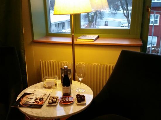 Villa Kallhagen: Hotellet bjöd på vin och choklad.