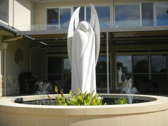 Canyonleigh, Australia: Calming Angel and fish to feed in the pond