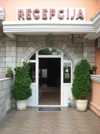Hotel Mena: main entrance
