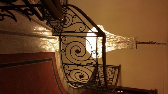 Hotel Drei Schwanen: Treppe zur Lobby