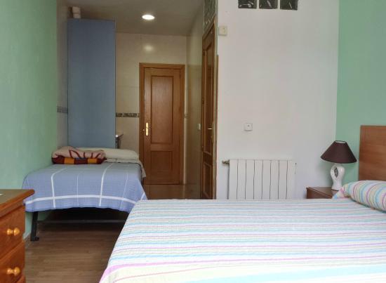 Hostal Casillas : Triple room with Kitchenette / Habitación triple con cocineta