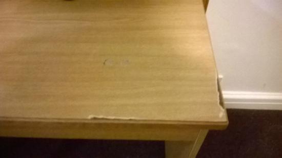 Premier Inn Nottingham North (Daybrook) Hotel: The chipped table