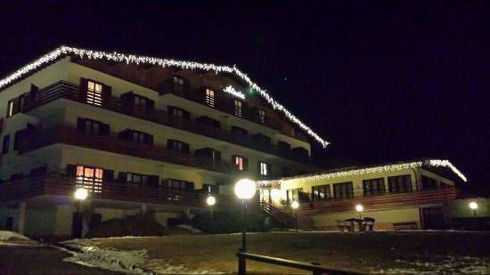Alaska Clubresidence : vista notturna del residence