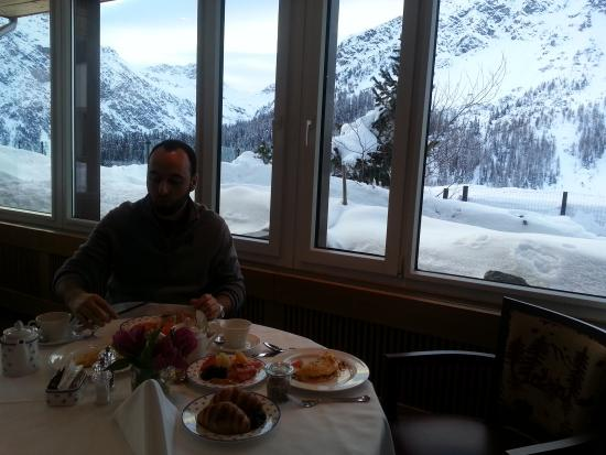 Arosa Kulm Hotel & Alpin Spa: Beautiful mountain views at breakfast every morning