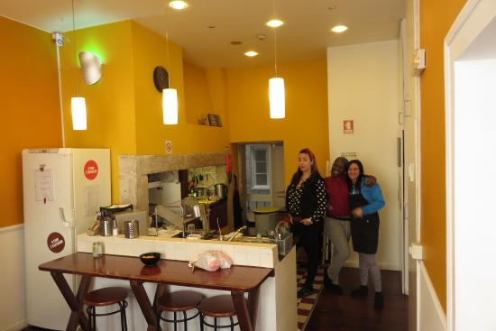 Rossio Hostel: fabulous kitchen and staff making my delicious breakfast