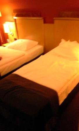 Atlantic Hotel Airport: Room with twin beds
