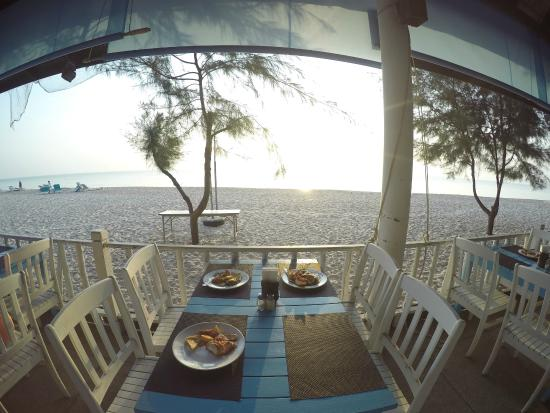 Beach Garden Hotel: Ресторанчик на берегу - завтрак