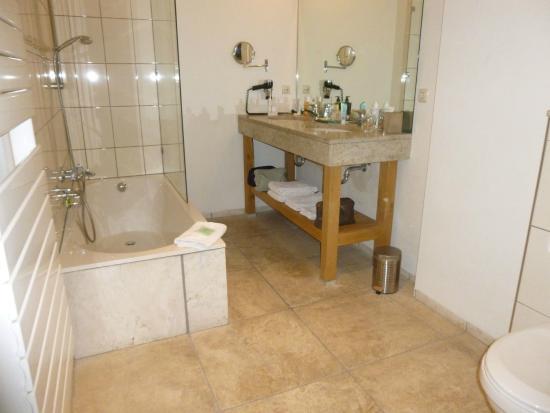 Badkamermeubel is vrij hoog prima bad om in te douchen bild von