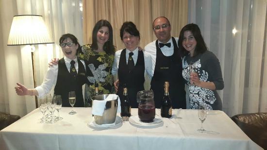 Hotel Dolomiti: יין בלובי המלון לפני ארוחת ערב
