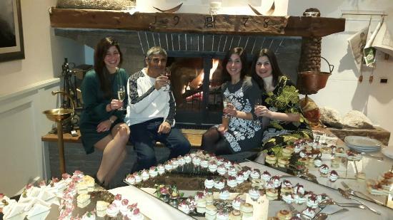 Hotel Dolomiti: מתאבנים בלובי המלון לפני ארוחת ערב