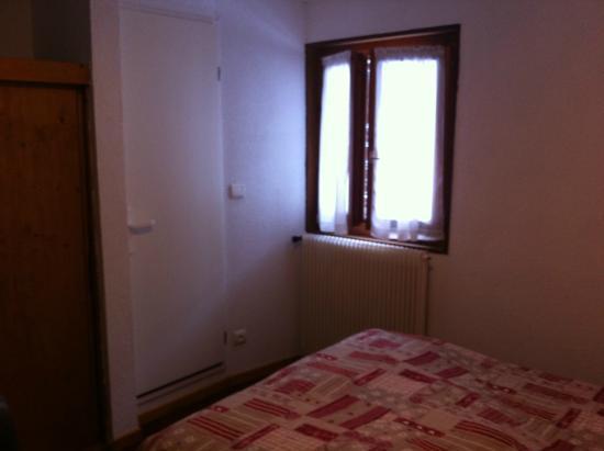 Logis le Roitelet : la chambre. la porte donne sur la salle de bain. fenêtre sur rue