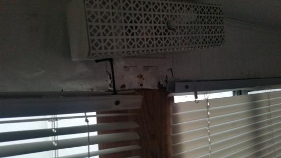 Key Largo House Boatel: Window dry rot blind hanging from string