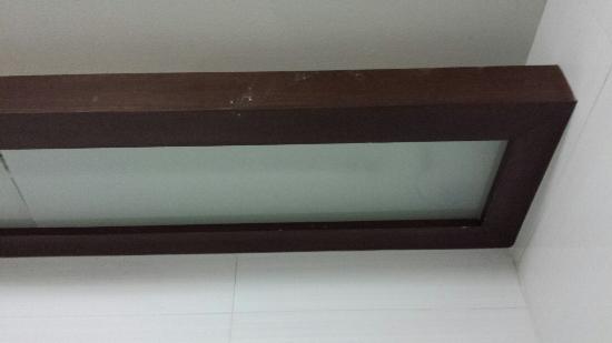 eckelige haare mit staub hinter der badt re picture of crystal suites bangkok tripadvisor. Black Bedroom Furniture Sets. Home Design Ideas