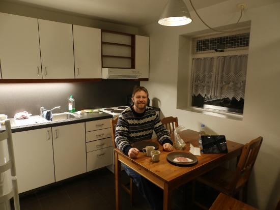 Aurora Guesthouse: Shared kitchen with the neighbour room.