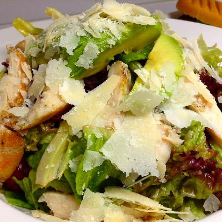Cafe Bateel: chicken Avocado salad