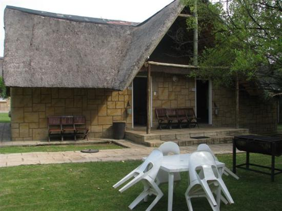 Dome Inn Lodge: Outside the bungalow