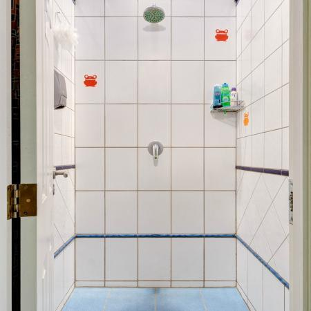 Funky Hostel and Apartments: Shower