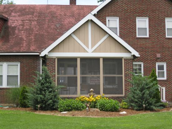 Oxbow Bed and Breakfast: Front Screened in Porch