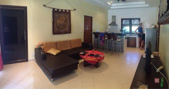Coconut Garden: Gemensamt vardagsrum och kök i stora huset med tre sovrum.